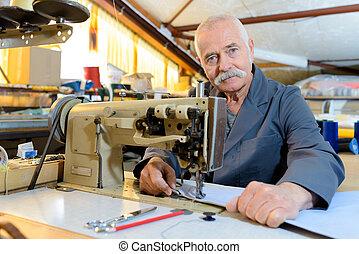 idősebb ember, varrás, szerelő, gyár, ipari, megjavítás, gép