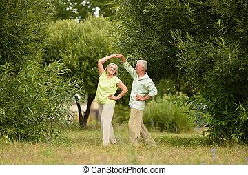 idősebb ember, vidám párosít, tánc