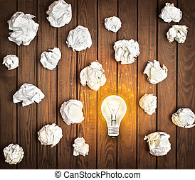 ide, begreb, hos, crumpled, kontor, avis, og, lys pære, på, træ, baggrund