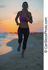 idoneità, giovane, correndo, su, spiaggia, a, crepuscolo