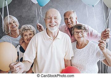 idoso, amigos, desfrutando, partido aniversário
