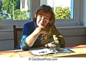 idoso, atraente, leitura mulher, casa, em, um, revista