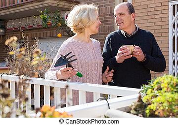 idoso, cuople, falando, em, balcon