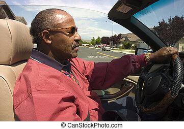idoso, homem americano africano, dirigindo, car