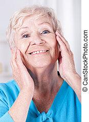 idoso, mulher, cuidado pele