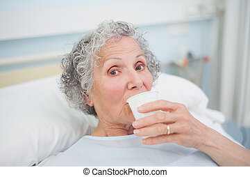 idoso, paciente, bebendo