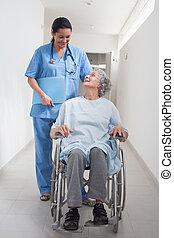 idoso, paciente, em, um, cadeira rodas, olhar, um, enfermeira