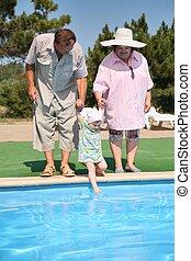 idoso, par, com, a, neta, lado, de, piscina