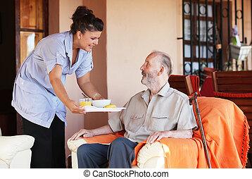 idoso, sênior, sendo, trazido, refeição, por, carer, ou,...