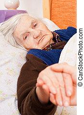 idoso, só, mulher, descansos, em, a, cama