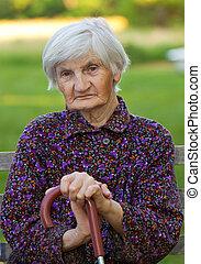 idoso, só, mulher, em, a, natureza