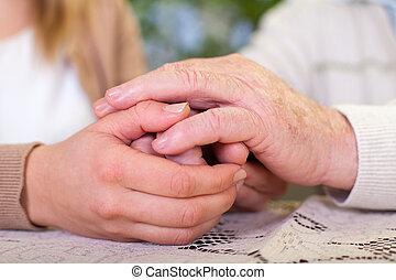Idoso, segurando,  carer's, mãos
