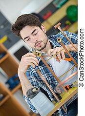 idraulico, tagli, lavoratore, tubo, giovane