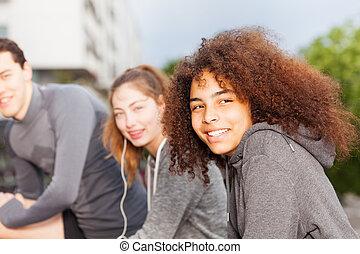 idrottskvinna, lycklig, vänner, exercerande, utomhus