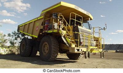 idyllisch, gelber , lastwagen