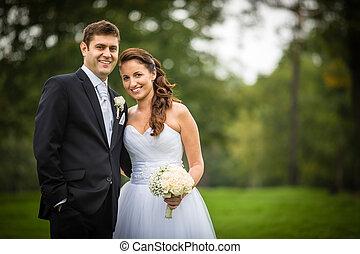 igazságos házas, fiatal, esküvő párosít, alatt, egy, liget, gyalogló, ízlelgető