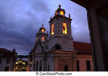 iglesia, con, encendido, campanario, por la noche