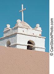 iglesia, torre, hecho, de, adobe, en, el, desierto de atacama, chile