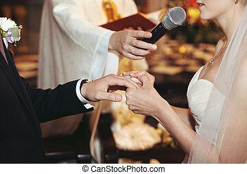 igreja, noivo, anéis, noiva, closeup, mãos, trocar, cerimônia casamento