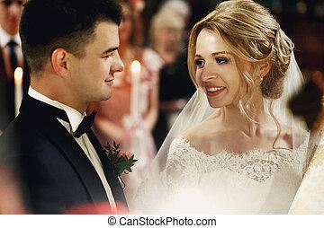 igreja, noivo, olhando jovem, noiva, deslumbrante, emocional, loiro, bonito