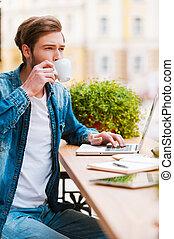 igualmente, bonito, dia, para, sentando, em, escritório., bonito, homem jovem, café bebendo, e, trabalhar, laptop, enquanto, sentando, em, bar calçada