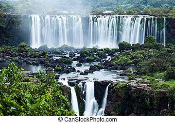 iguassu esik, a, nagy, sorozat, közül, vízesés, közül, világ, elhelyezett, -ban, a, brazíliai, és, argentinian, határ, kilátás, alapján, brazíliai, lejtő