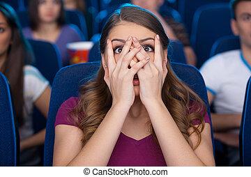 ijedős, nő, fedő, film, őrzés, movie., fiatal, döbbent, arc, időz, mozi, kézbesít, ülés