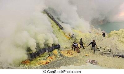 Ijen volcano timelapse, Indonesia - Sulfur miners inside...