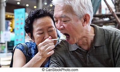 ijs, aziatisch paar, hartelijk, buiten, vrolijke , het voeden, datering, crean, ouder