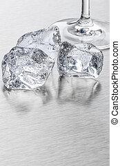 ijs kubeert, en, aperitiefglas, op, een, metalen, oppervlakte