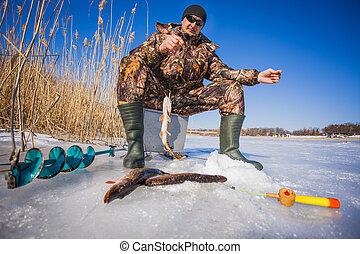 ijs, visser, met, snoek, gevangenene, op, een, fooi, op