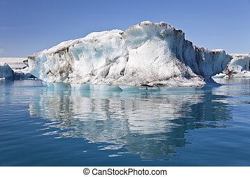 ijsberg, en, reflectie, op, de, lagune, jokulsarlon, ijsland