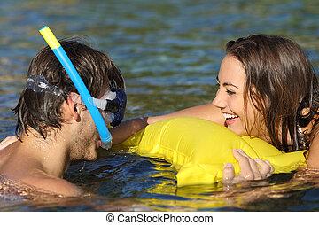 il bagnarsi, scherzare, coppia, spiaggia, turisti, felice