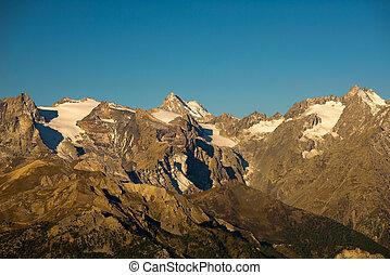il, maestoso, picchi, di, il, massiccio, des, ecrins, (4101, m), parco nazionale, con, il, ghiacciai, in, france., telefoto, vista, da, distante, a, sunrise., cielo chiaro, autunno, colors.