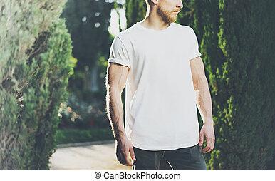 il portare, barbuto, t-shirt., mockup, effect., foto, parco, muscolare, esterno, verde, luce sole, fondo, vuoto, bianco, orizzontale, uomo
