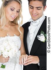 il portare, coppia, sposato, anelli, giovane, matrimonio, sorridente