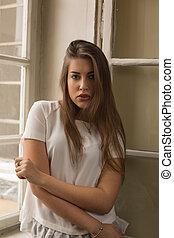 il portare, donna, giovane, finestra, proposta, carino, camicetta, bianco