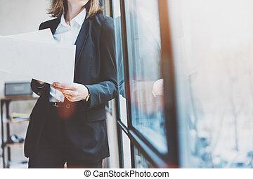 il portare, donna, hands., soffitta, affari, spazio, windows, foto, mockup., moderno, effetto, fondo., panoramico, carte, presa a terra, ufficio., orizzontale, completo, aperto, film