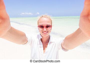 il portare, donna, tunica, presa, giovane, tropicale, spiaggia., spiaggia bianca, selfie, sabbioso