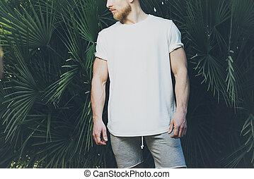 il portare, enorme, barbuto, calzoncini, estate, foto, mockup, muscolare, t-shirt, fondo., time., palma, vuoto, verde bianco, orizzontale, uomo