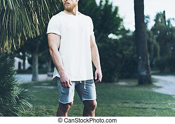 il portare, estate, barbuto, calzoncini, foto, mockup., albero, muscolare, sfocato, t-shirt, fondo., time., verde, vuoto, palma, bianco, orizzontale, uomo