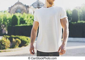 il portare, estate, barbuto, t-shirt., giardino, città, foto, mockup, muscolare, time., sfondo verde, vuoto, bianco, uomo, orizzontale, sunset.