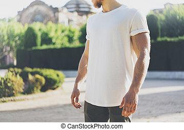 il portare, immagine, barbuto, t-shirt., giardino, città, mockup, muscolare, sfondo verde, vuoto, bianco, uomo, orizzontale, sunset.