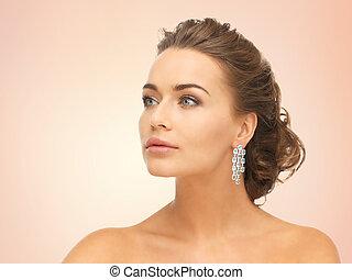 il portare, orecchini, donna, diamante, baluginante