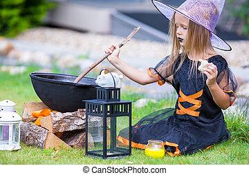 il portare, poco, halloween, trucco, outdoors., strega, costume, treat., ragazza, o