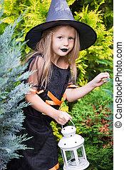 il portare, poco, halloween, trucco, outdoors., strega, costume, treat., ragazza, o, felice