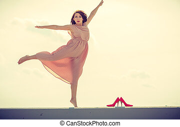 il portare, rosa, donna ballando, luce, lungo, vestire