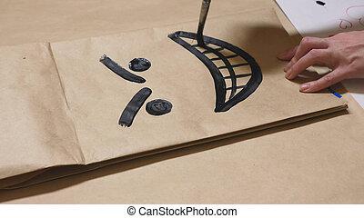 il, ragazza, disegnare, con, uno, spazzola, su, sacchi carta, vario, emotions., il, concetto, di, emozioni, in, smileys