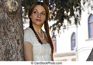 il, ragazza, in, il, castello racconto fairy, su, il, fondo, di, uno, albero pino