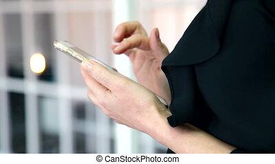 il, signora, in, nero, camicetta, surfing internet, su, lei, brandnew, smartphone.